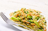 Romaine lettuce with carrots and garlic — 图库照片