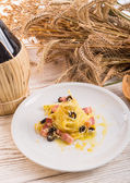 Tagliatelle with bacon and blacken to olive ones — Stock Photo