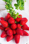 Strawberries and mints — 图库照片