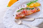 Salmone in manto di pancetta — Foto Stock
