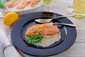 Salmon grilled with dill — 图库照片