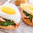 Bread au gratin with fried egg and spinach — Stock Photo