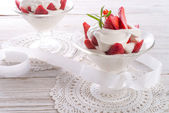 Strawberry with cream — Stockfoto