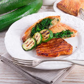 Bistecche alla griglia con sacchetto di pasta sfoglia e zucchine — Foto Stock