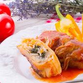 Involtini di verza vegetariani con spinaci e salsa — Foto Stock