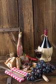 Jambon, şarap ve ekmek — Stok fotoğraf