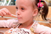 Niña comiendo waffles — Foto de Stock