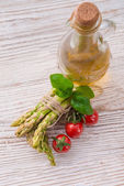 Asparagus, tomatoes  oil — Stockfoto