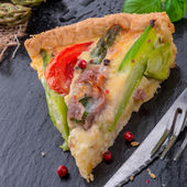 Green asparagi Tart with eggs and tomato — Stock Photo