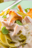 Tagliatelle Spinach with chanterelles — Stock Photo