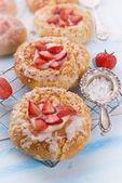 миндальные пирожные с ванили и клубники — Стоковое фото