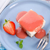 Cheese cake with strawberry sauce — Stock fotografie