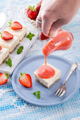 Cheese cake with strawberry sauce — Stock Photo