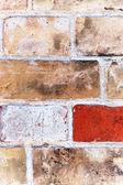 Um fragmento da parede de tijolos antigos — Fotografia Stock