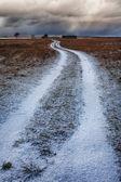 秋の降雪の家への道 — ストック写真