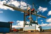 Trasbordo di container al porto — Foto Stock