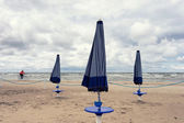 Cyclist and umbrellas on the beach of the Baltic Sea — Stock Photo