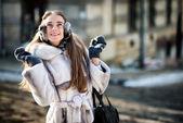 Szczęśliwy, piękna kobieta, zwiedzanie starego miasta ulica — Zdjęcie stockowe