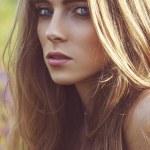 mooie vrouw portret buitenshuis — Stockfoto