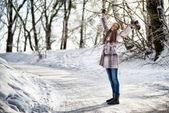Linda mulher, andando no inverno da floresta e divirta-se — Foto Stock