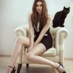 bela moda modelo mulher com um gato — Foto Stock