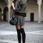 sokakta yürürken güneş gözlüklü kadın moda — Stok fotoğraf #23237532