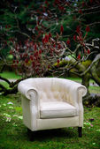 White sofa in the garden — 图库照片
