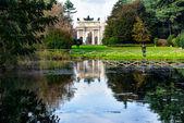 Sempione parco con un lago e la milano di città, italia — Foto Stock