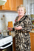Senior woman cooking at the kitchen — Stock Photo