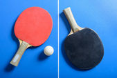 Pin-pong-ball mit roten paddel auf blau board — Stockfoto