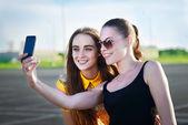 Красивые девушки, принимая «Селф» с их сотового телефона — Стоковое фото