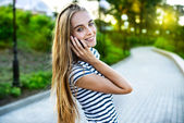 携帯電話で話している笑顔の美しい女性の肖像画 — ストック写真