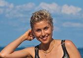 Söt blond tjej leker med vatten — Stockfoto