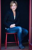 žena sedí na židli — Stock fotografie