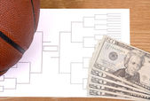 March Madness Basketball Bracket and Fanned Money — Stockfoto