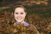 Ratisser feuilles fille de pile de feuille — Photo
