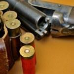 Shotgun and its cartridges — Stock Photo #18967683