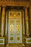 Una porta monumentale del castello di versailles — Foto Stock