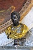 ヴェルサイユ城に黒人男性のバスト — ストック写真