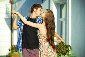 Joven pareja bailando al aire libre — Foto de Stock