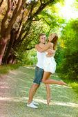 Pareja joven hombre y mujer abrazando en parque verde — Foto de Stock