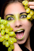 молодая красивая женщина, держащая зеленый виноград крупным планом — Стоковое фото