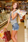 買い物袋を持つ幸せな若い女性 — ストック写真