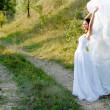 joven hermosa novia sobre pasaje verde césped — Foto de Stock