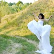 Young beautiful bride on green lawn passage — 图库照片
