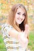 秋の日に親指を出て 10 代の少女 — ストック写真