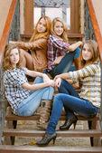 четверо друзей счастливы подростков девочек — Стоковое фото