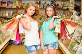買い物袋を 2 つの幸せな若い女性 — ストック写真