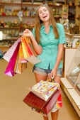 Felice giovane donna con borse della spesa — Foto Stock