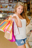 šťastná mladá žena s nákupní tašky — Stock fotografie